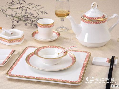 中餐宴会摆台效果要求:台布各种餐具图片