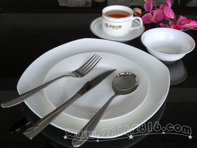 """加标西餐餐具 西餐厅餐具盘碗杯碟 西餐餐具中无论是刀子、叉子、汤匙还是盘子,都是手的延伸,例如盘子,它是整个手掌的扩大和延伸;而叉子则更是代表了整个手上的手指。 650) { this.width=650; }""""> 加标加字西餐餐具 西餐厅餐具盘碗杯碟 打标打印字商标西餐餐具 加工logo店名西餐餐具 650) { this."""